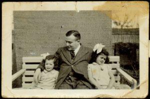 Salomon Frank met zijn dochters Betty en Daatje. Allen zouden omkomen in Sobibor (fotot: Collectie Joods Historisch Museum).